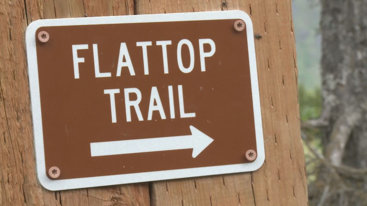 Sign to Flattop trail.
