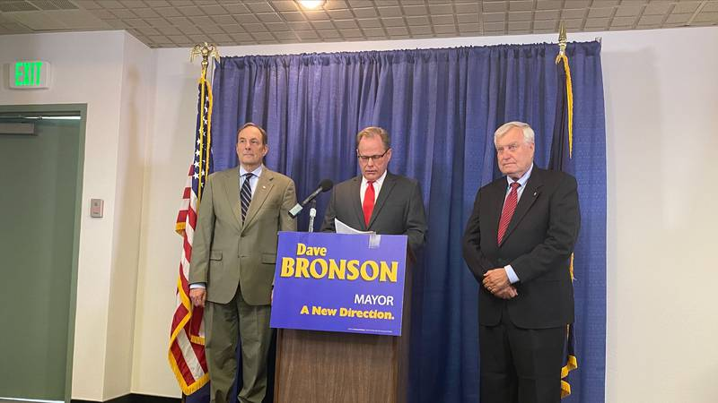 Campbell (left) with then mayor-elect Dave Bronson at a press conference Monday, May 24, 2021.